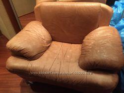 2 кожаных кресла, пуф и подушки