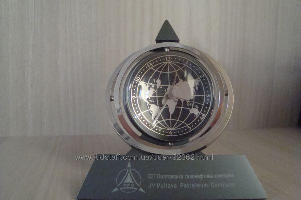 Часы с вращающимся глобусом- циферблатом