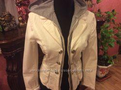 Легкая белая куртка