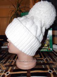 Вязаная шапочки с помпоном и отворотом разных цветов очень классная модель.