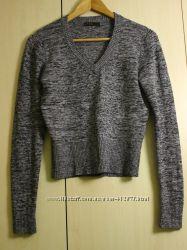 Укороченный свитер с длинным рукавом.