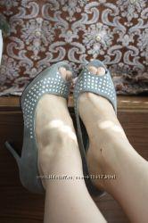 серые замшевые туфли с открытым носом