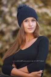 Красивая шапочка с бубоном натуральным на флисе цвета