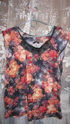 Яркая черная футболка с цветами