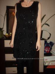 Бандажное платье вышито камушками