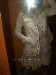 Фирменная белая джинсовая куртка с камнями на солнце горит