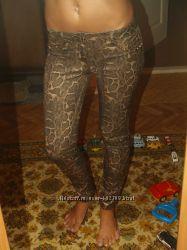 эффектные брюки скинни питон