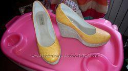 Распродажа Новые кожаные туфли на танкетке по низкой цене.