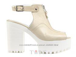 Хит Продаж Кожаные женские босоножки на белой тракторной подошве на каблуке