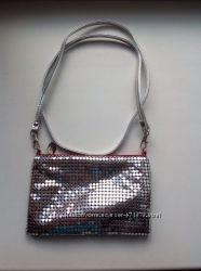 Мини-сумочка Clarins из серебристых чешуек