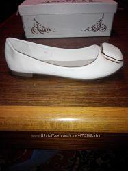 Продам женские белые балетки