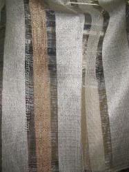 Полосатый тюль стильно смотрится на окне