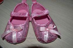 Продам нарядные туфли пинетки в поетках на девочку 6-9 мес.