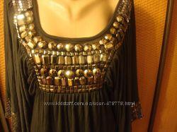 Шикарное платье, расшитое камнями и стразами