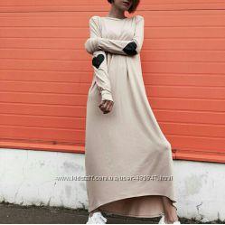 Модное платье в пол с сердечками на локтях