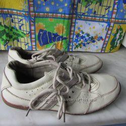 Кроссовки молочного цвета р. 37