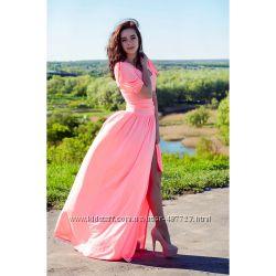 Женское длинное платье с высоким разрезом и рукавами-качельками