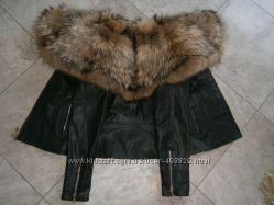 Куртка из натуральной кожи и воротником из натурального меха енота