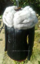Куртка из натуральной кожи и воротником из натурального меха песца