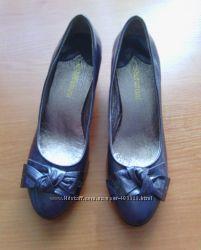 красивые лаковые серые туфли Sasha Fabiani