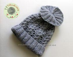 Вязанная светло-серая шапочка с косами