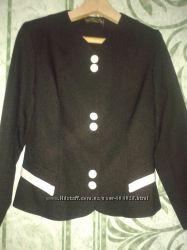 Пиджак с белыми пуговицами