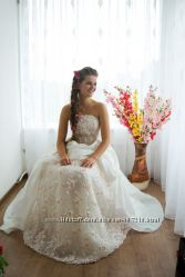 Красива весільна сукня.