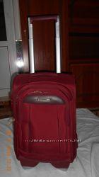 Продам фирменный чемодан вишневого цвета