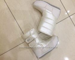 Нарядные белые сапожки на двух липучках