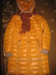 Зимнее пальто для девушки и шарф.