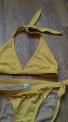 Купальник красивого жёлтого цвета.
