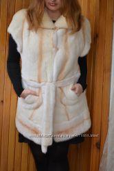Стильная прямая жилетка из меха норки с коротким рукавчиком и поясом.