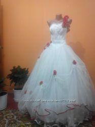 Красивое свадебное счастливое не венчаное платье