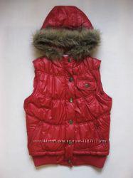 Красная демисезонная жилетка с капюшоном от E-Vie