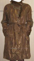 Кожаное коричневое пальто с поясом