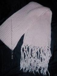 Длинный нежно-розовый фирменный шарф крупной вязки