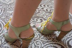 Продам босоножки со шнурками