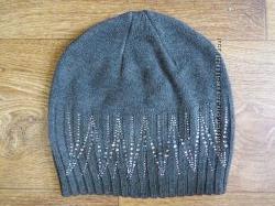 Стильная серая шапка со стразами