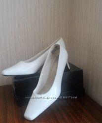 Классические былые туфли
