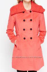 Стильне пальтішко з вязаним коміром nancy k, коралового кольору