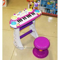 Детский синтезатор, микрофон и стульчик.