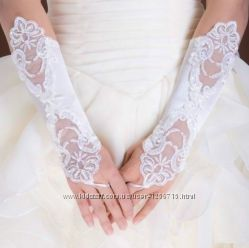 Кружевные перчатки свадебные белые средней длины