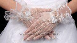Белые свадебные кружевные перчатки короткие
