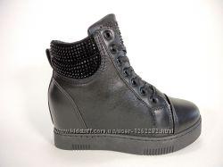 Стильные демисезонные ботинки-сникерсы на шнуровке и скрытой танкетке.