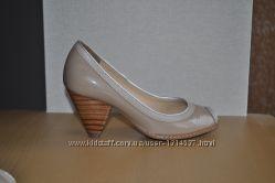 Лаковые, бежевые туфли Clarks с открытым носком