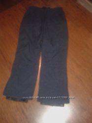 Лыжные брюки темно-синего цвета .