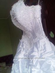 Платье новое, очень красивое свадебное.